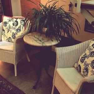 Eingangshalle Loom Chair Marmortisch