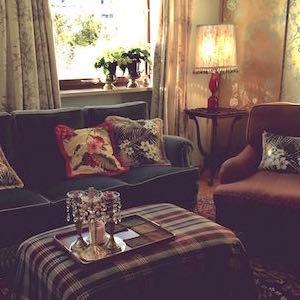 Wohnzimmer Vintage Sofa Lampe Schrankwand bemalt
