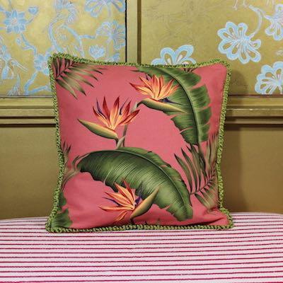 Kissen Bird of Paradise Vorderseite Bananenblätter coralrosa Strelizien Baumwolle 45x45