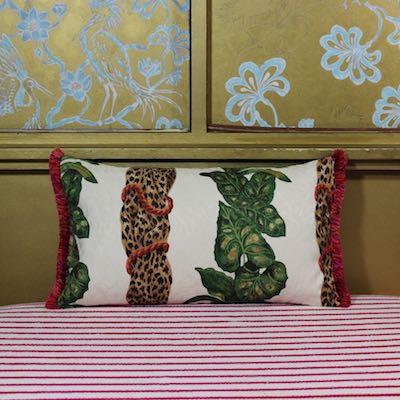 Kissen Mrs Florence Vorderseite tropische Blätterranken Leopardenmuster strukturiert Baumwollchintz cremeweiß 50x30