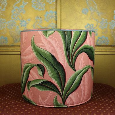 Pouf Amy's Love dusky pink Seite stilisierte tropische Blätter Baumwolle Denim 44x40